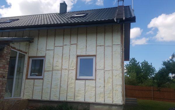 Purškiamos putos ant namo fasado