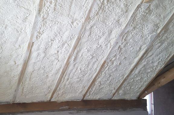 Šlaitinio stogo šiltinimas poliuretanu