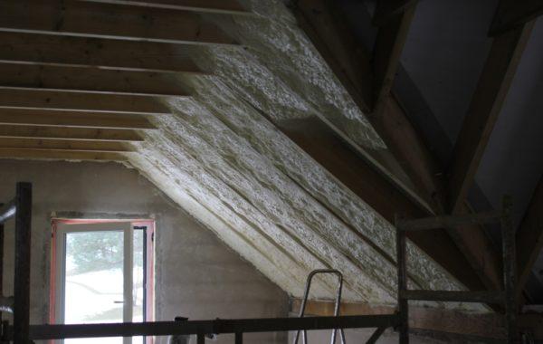 Stogo šiltinimas poliuretanu yra viena efektingiausių stogo šiltinimo būdų
